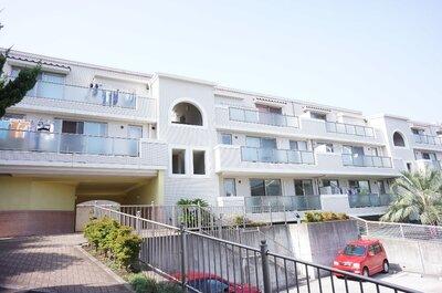 ラ・ベルダ洋光台 白を基調としたマンション! 東向き雛段に立地!東側駐車場の為、眺望良好!