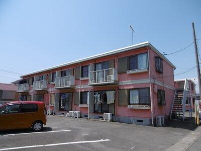 ファミーユカワイI 赤の外観★2棟あります。駐車場1台付無料です。