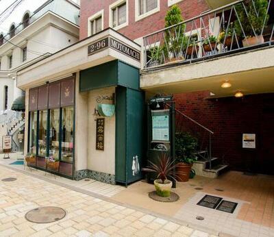 1階 薬局 メディカルヘアサロン・霧笛楼カフェ・仏蘭西菓子店
