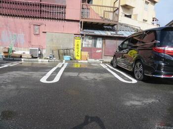 アスファルト舗装された駐車場です