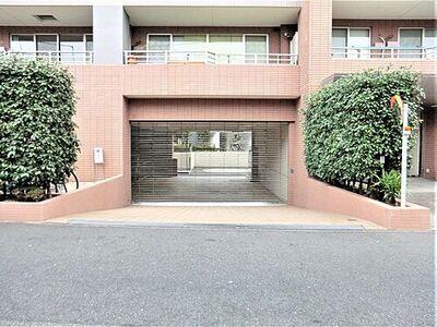 大田区田園調布本町の機械式駐車場 駐車場出入口:シャッターがあります。