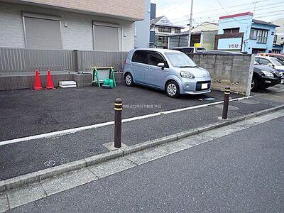 アスファルト駐車場(小型車専用)ポールに挟まれとめにくい区画です。