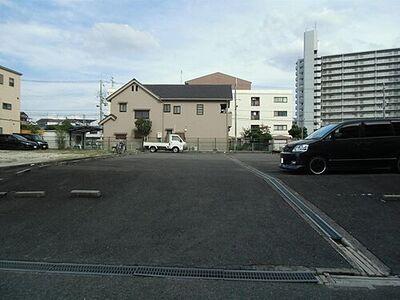 田中駐車場 アスファルト舗装と砂利の地面がある駐車場です。
