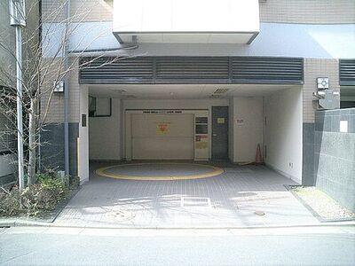 千葉市中央区長洲1丁目の機械式駐車場 駐車場出入口:屋根があるので乗り降りの際にも雨に濡れません。