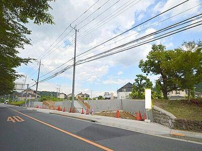 前面道路は約10m公道。広々とした道路で車の出し入れも安心。