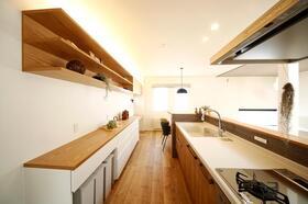 『オプションモデル』キッチン/間接照明の柔らかな灯りが心地よいキッチン(2017年10月撮影)