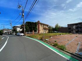 ◆Front Road◆<BR>前面道路は閑静な住宅地をはしる車通りの少ない道路。お車の出し入れが楽ですし小さなお子様にも安心ですね。しっかり舗装もされているので、ベビーカーで通っても快適に通行できます。