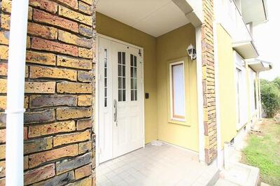 梶尾町(三ツ石駅) 1650万円 レンガ調の玄関。<BR>ホワイトの扉がここまで似合うお家も少ないですよ!<BR>人とは違った満足感♪