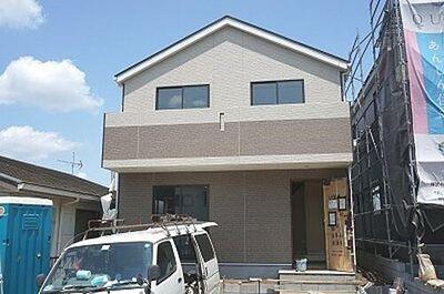 三芳町 藤久保 第14 全2棟 カースペース2台可能 落ち着いた色合いの外観。