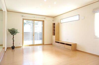蔵波台 中古 2LDK納戸タタミコーナーWIC 大きな窓があり、明るい陽射しが感じられるリビングです。