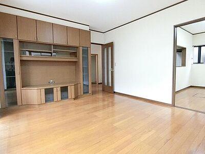 柴田町大字下名生字旭川 中古 4LDK納戸 約10帖のリビングには、便利なサイドボードがございます。
