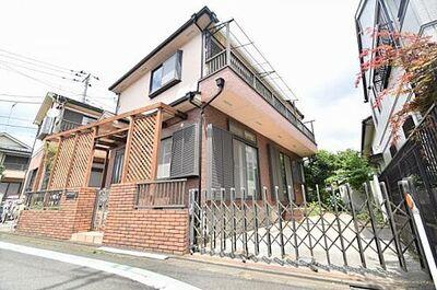 自然素材を使った「カントリー風な家」 桜が丘の閑静な街並みに佇むカントリー調の家
