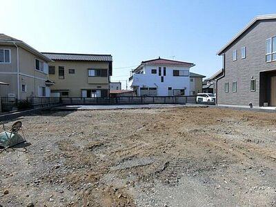 WARAKU古河市東本町5期 1号棟 建築前。外壁材は雨で汚れを浮かして洗い流す親水コート使用。耐久性・耐震性・通気性に優れたベタ基礎施工です。閑静な住宅街に立地。陽当たり良好です!