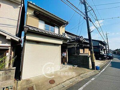 京都市伏見区横大路富ノ森町 中古一戸建て 現地写真です!電動シャッター付きの駐車場あり