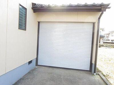 富山市上飯野新町2丁目 戸建て 【リフォーム後】駐車場の写真です。シャッター付きの車庫で雨や雪の日でも安心して駐車することができますね。