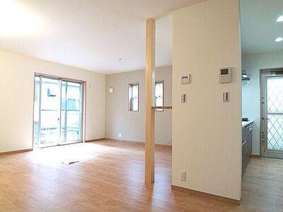 さいたま市西区指扇 新築一戸建て A号棟 LDKは家族との時間を大切にできる場所。優しい色使いがホッとできる心地いい空間を演出。