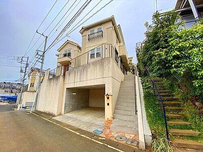 東急田園都市線沿線の閑静な住宅街に位置した2008年築の中古戸建。地下車庫部分は並列2台駐車可能です。