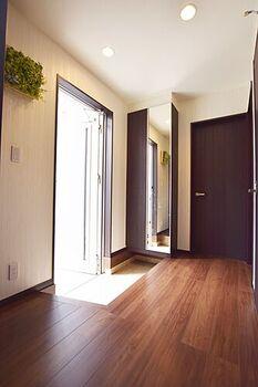 小平市上水南町2丁目 中古 2LDK 玄関は姿見のついた収納をお使い頂けます。