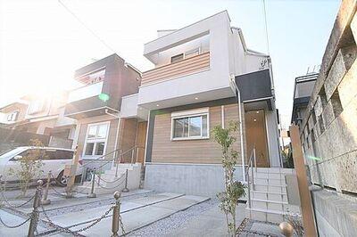 吹抜けリビングで解放感ある明るい暮らし 2016年に建築された築浅の邸宅です。 外観が特徴的でオシャレなデザイン