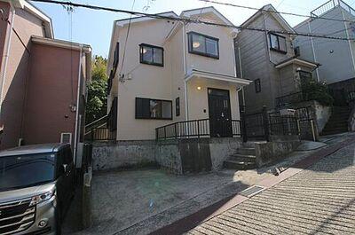 桜が丘2丁目中古戸建 海を望む高台に建っています。外壁と屋根の塗装もし直し、とっても綺麗な外観です