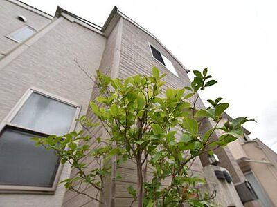 春日部市増富  2006-10築 シャープなフォルムで佇む外観は公道面角地に佇みます。