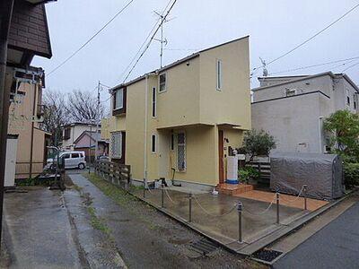 金沢区野島町  戸建て 現地は前面道路と高低差のない開放的な佇まい。通路に囲まれており、隣地との開放感もございます。