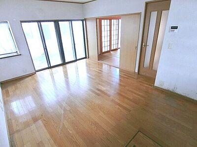 久喜市江面 中古 4LDK 大きな窓から日差しがたっぷり入る明るいリビング