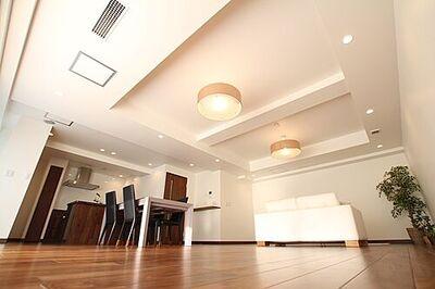 インペリアル浜田山 A棟 室内の大半を占めるフローリングには自然素材である天然無垢材を取り入れました。紫外線の吸収、音の緩和…