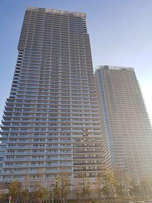 ザ・パークハウス晴海タワーズ ティアロレジデンス 外観 2棟からなるデザイナーズマンションは、緑や池、水の流れを施した外観も魅力。。