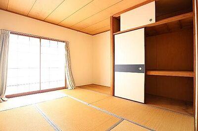 第2稲毛ハイツ15号棟 約6帖の和室は床の間もあって趣がありますね。