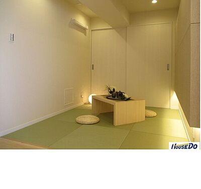 ソフトタウン行徳A棟 リビングにしつらえた畳スペース。琉球畳がお洒落で、とっても落ち着つ空間です