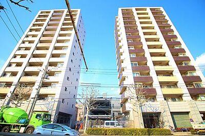 ファーストシーン瑞江マークイースト 平成20年築・角部屋、6階部分・専用ポーチ付きの三方角部屋です。室内は明るさに溢れ夕方まで太陽の光…