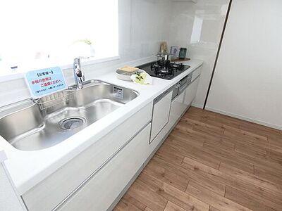 ライオンズタワー仙台長町 収納豊富なキッチンは嬉しい食器洗浄乾燥機付き。
