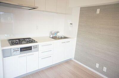 ライオンズマンション浦和木崎 キッチンには収納もあるので作業スペースを広く取れますね。