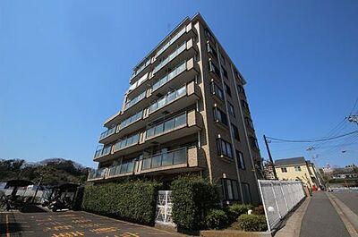 プリンスハイツガーデン湘南船越カメリア館 たっぷりと陽射しが当たる南向き7階建てのマンション。プリンスハイツガーデン全体の総戸数は257戸、カメリア館だけだと18戸です