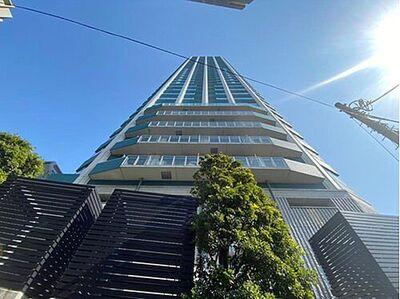 シティタワー新宿新都心 光注ぐ太陽の下、コミュニティーマンションは見る人の憧れの居住地に。