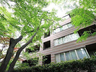 パークコート二子玉川弐番館 緑溢れる隠れ家のような高級感のある外観。将来にわたって価値が継続する「上質」な佇まい。おしゃれな雰囲気や自然の潤い、親しみやすさといった個性を、街に新たな価値をもたらし続けてくれます。
